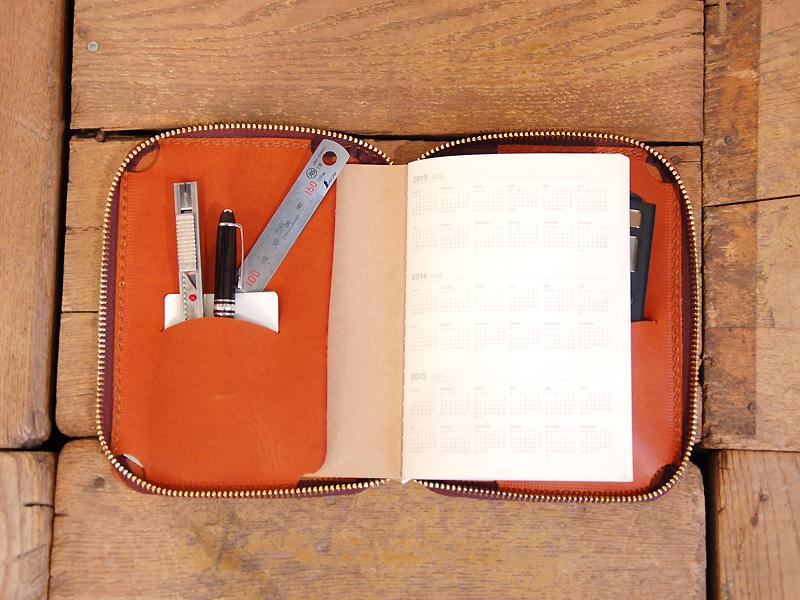 左:15cm金属定規、ペン、カッター、カード