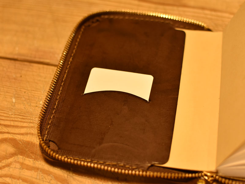 ファスナーブックケースSサイズのカード入れ