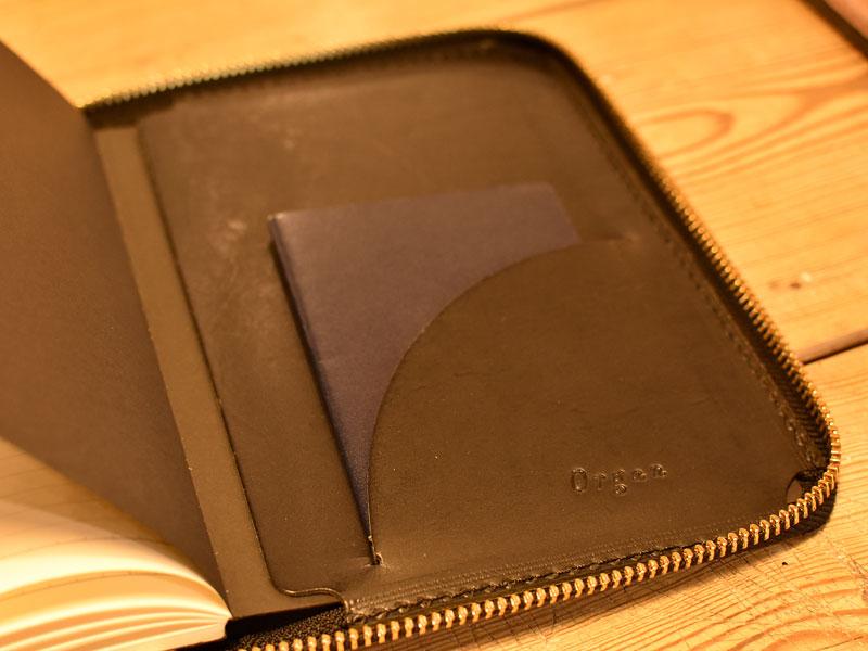 フェニックスのファスナーブックケース Mサイズポケット