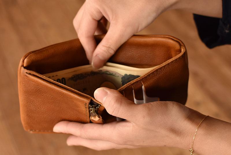 ユーフラテの二つ折り財布 お札取り出し1