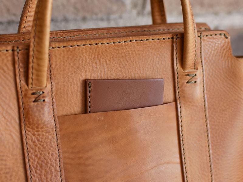 口枠とホックのハンドバッグ ポケット