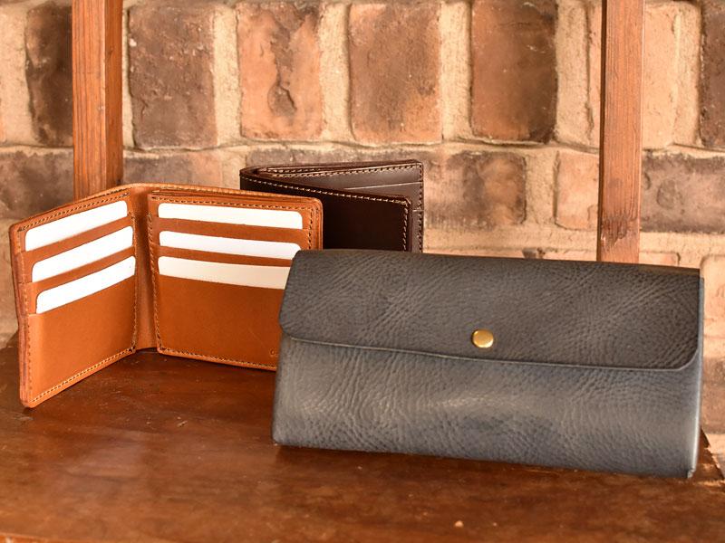 2つのお財布といろいろな革のネイビー