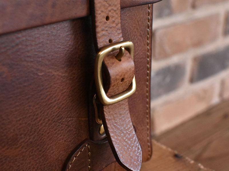 ミッスーリの書類鞄 前ベルト差し込み金具