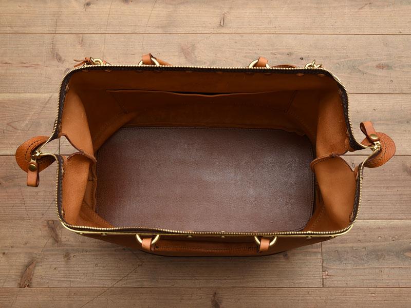 真鍮フレームの口枠ボストンバッグ 収納部オープン